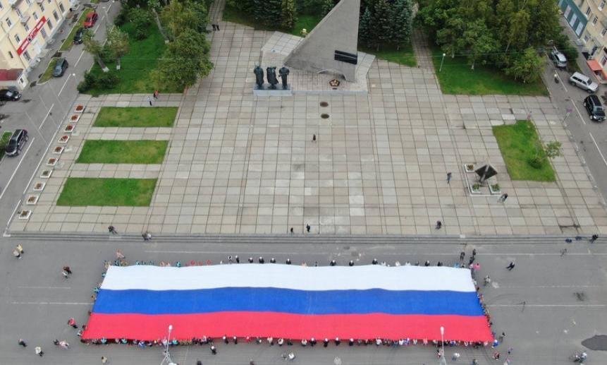 Один— большой, другой— систорией: День флага вАрхангельске отметили нанескольких площадках