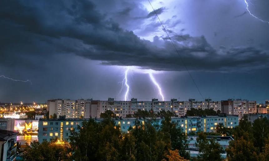 В Архангельске от удара молнии загорелся дом