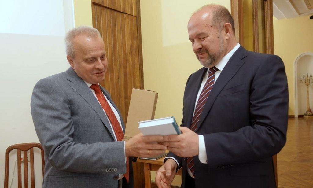 Игорь Орлов подарил послу России вАрмении «Чистую книгу» Абрамова