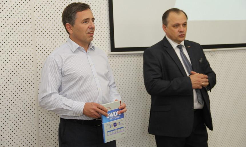 Владимир Трещиков– с книгой по DWDM-системам в руках.